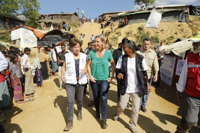 Kutupalong, 2017. november 19. Federica Mogherini, az Európai Unió kül- és biztonságpolitikai főmegbízottja (k) meglátogatja a mianmari rohingja menekültek táborát a bangladesi Kutupalongban 2017. november 19-én. (MTI/EPA/Abir Abdullah)