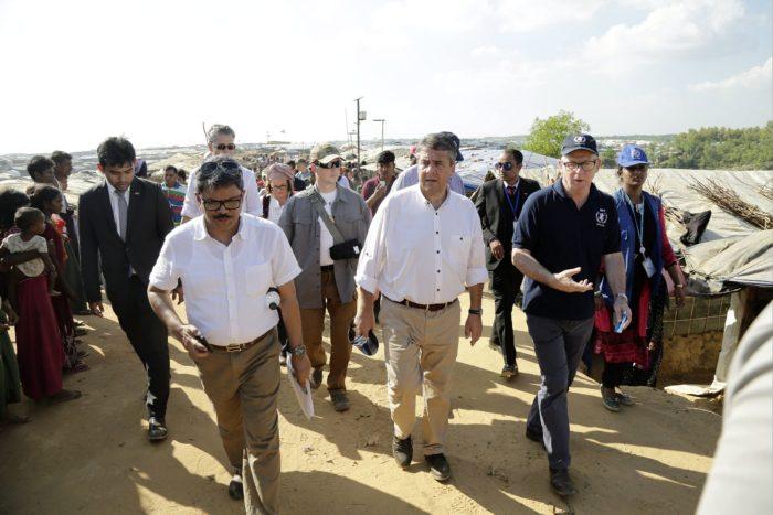 Kutupalong, 2017. november 19. Sigmar Gabriel német külügyminiszter (k) meglátogatja a mianmari rohingja menekültek táborát a bangladesi Kutupalongban 2017. november 19-én. (MTI/EPA/Abir Abdullah)