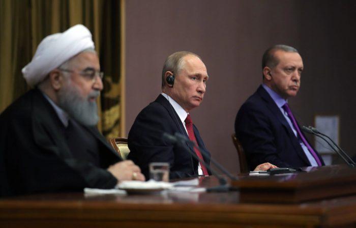 Szocsi, 2017. november 22. Haszan Róháni iráni, Vlagyimir Putyin orosz és Recep Tayyip Erdogan török elnök (b-j) sajtótájékoztatót tart a szíriai rendezésről folytatott egyeztetésüket követően Szocsiban 2017. november 22-én. (MTI/EPA pool/Szputnyik/Kreml/Mihail Klimentyev)