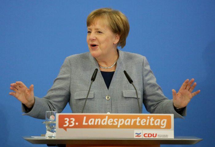 Kühlungsborn, 2017. november 25. A kormányalakítással megbízott Angela Merkel kancellár, a Kereszténydemokrata Unió (CDU) elnöke beszédet mond a párt Mecklenburg-Elõ-Pomeránia tartományi szervezetének gyűlésén Kühlungsbornban 2017. november 25-én. Hat nappal korábban a Szabaddemokrata Párt (FDP) kivonult a koalíciós tárgyalásokról, és ezzel kudarcba fulladtak a kormányalakítás céljával tartott négypárti egyeztetések. (MTI/EPA/Felipe Trueba)(MTI/EPA/Focke Strangmann)