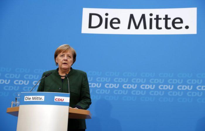 Berlin, 2017. november 27. Angela Merkel német kancellár, a Kereszténydemokrata Unió (CDU) elnöke sajtótájékoztatót tart a párt kormányalakításáról szóló tanácskozását követően a CDU berlini székházában 2017. november 27-én. (MTI/EPA/Felipe Trueba)