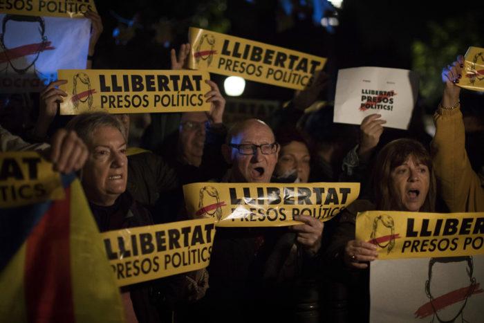 Madrid, 2017. november 2. A spanyol bíróság által előzetes letartóztatásba helyezett nyolc volt katalán kormánytag szabadon bocsátását követelik tüntetők Barcelonában 2017. november 2-án, miután börtönbe szállították a menesztett tisztségviselőket. Három nappal korábban José Manuel Maza spanyol állami főügyész büntetőeljárást kezdeményezett a feloszlatott katalán kormány, valamint a katalán parlament elnökségének tagjai ellen lázadás, zendülés, hűtlen kezelés és egyéb bűncselekmények miatt. (MTI/AP/Emilio Morenatti)
