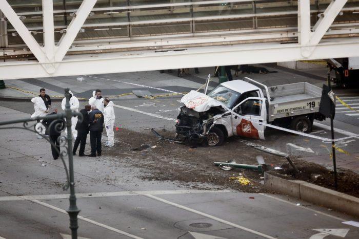 New York, 2017. október 31. Bûnügyi helyszínelõk dolgoznak egy autóroncsnál a New York Manhattan városrészében levõ egykori Világkereskedelmi Központ (WTC) emlékmûve közelében, ahol egy sofõr kisteherautóval kerékpárútra hajtott, és legkevesebb nyolc személyt halálra gázolt, tucatnyit megsebesített 2017. október 31-én. A hatóságok egy gyanúsítottat õrizetbe vettek. (MTI/AP/Bebeto Matthews)