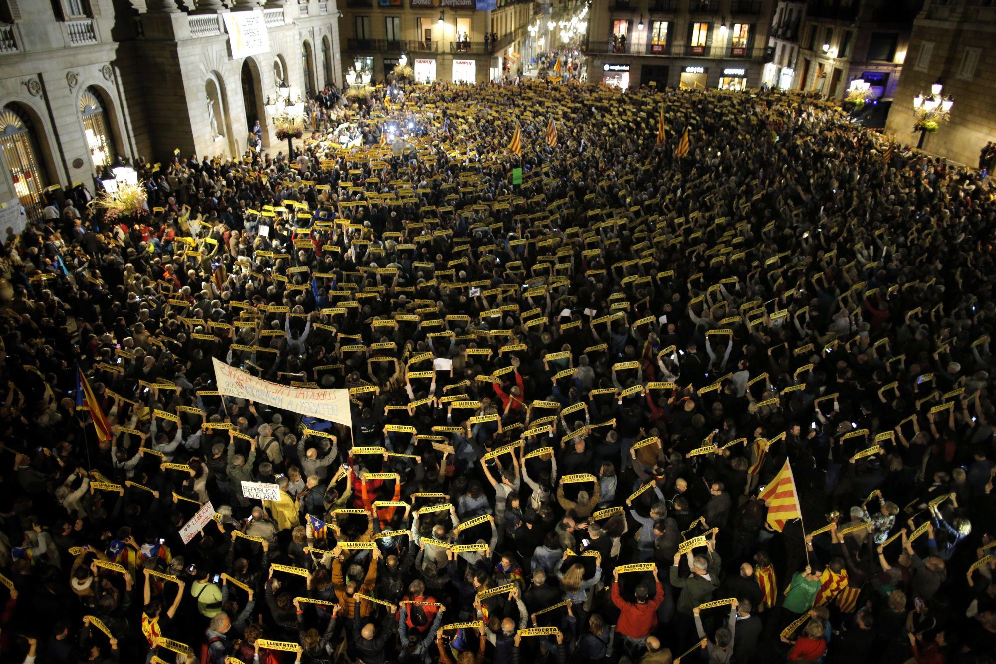 Barcelona, 2017. november 4. Tüntetők tiltakoznak a leváltott katalán kormány nyolc volt tagjának bebörtönzése ellen a barcelonai Jant Jaume téren 2017. november 3-án. Négy nappal korábban José Manuel Maza spanyol állami főügyész büntetőeljárást kezdeményezett a feloszlatott katalán kormány, valamint a katalán parlament elnökségének tagjai ellen lázadás, zendülés, hűtlen kezelés és egyéb bűncselekmények miatt. (MTI/AP/Manu Fernandez)