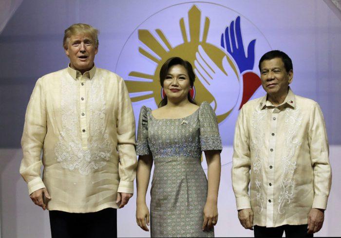 Manila, 2017. november 12. Donald Trump amerikai elnök (b), valamint Rodrigo Duterte Fülöp-szigeteki államfõ (j) és élettársa, Cielito Avanceno a Délkelet-ázsiai Országok Szövetsége, az ASEAN csúcstalálkozójának margóján tartott díszvacsorán Manilában 2017. november 12-én. Az 50 évvel korábban, 1967-ben megalapított ASEAN éves tanácskozását november 10. és 14. között rendezik a Fülöp-szigeteki fõvárosban. (MTI/AP pool/Aaron Favila)
