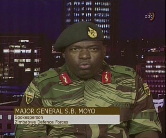 Harare, 2017. november 15. A videofelvételről készült képen Sibusisiwe B. Moyo dandártábornok, a zimbabwei védelmi erők szóvivője a hadsereg által elfoglalt ZBC állami televízió hararei stúdiójában bejelenti, hogy a katonaság átvette az ország irányítását Robert Mugabe zimbabwei elnök kormányától 2017. november 15-én. (MTI/AP/ZBC)
