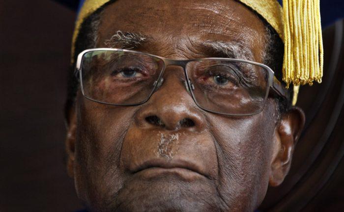 Harare, 2017. november 21. 2017. november 17-én a Zimbabwei Nyitott Egyetem diplomaosztó ünnepségén készített képe Robert Mugabe megbuktatott elnökről a fővárosban, Hararében, két nappal a zimbabwei puccs után. Jacob Francis Mudenda, a zimbabwei törvényhozás házelnöke november 21-én bejelentette, hogy Mugabe lemondott. (MTI/AP/Ben Curtis)