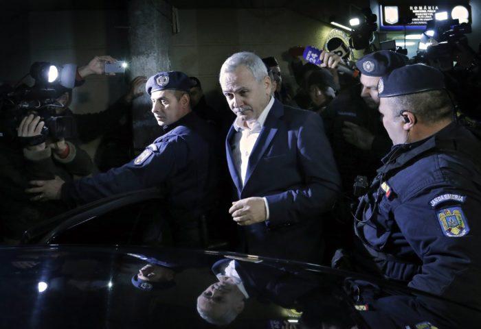 Bukarest, 2017. november 21. Liviu Dragnea, a román Szociáldemokrata Párt (PSD) elnöke (k) távozik meghallgatásáról a korrupcióellenes ügyészség (DNA) bukaresti központjából 2017. november 21-én. Az ügyészség lefoglalta a román kormány fő erejét képező PSD elnökének valamennyi ingatlanját és ingóságát, részvényeit, bankszámláin elhelyezett pénzét, valamint minden egyéb bevételét. Az ügyészek 127,5 millió lejt (mintegy 8,5 milliárd Ft) kérnek számon Dragneán, ugyanis állításuk szerint ennyivel károsította meg az államot. (MTI/EPA/Robert Ghement)