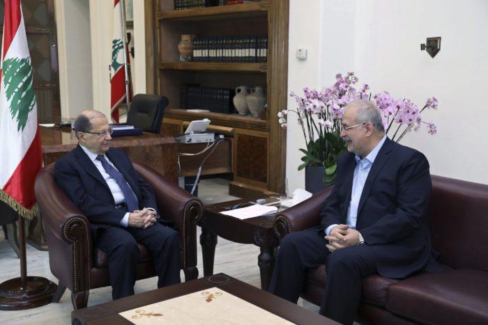 Baabda, 2017. november 27. A libanoni kormány által közreadott képen Michel Aun libanoni elnök (b) fogadja Mohammed Raadot, a Hezbollah libanoni síita mozgalom parlamenti csoportjának vezetőjét a Bejrúttól keletre fekvő baabdai elnöki palotában 2017. november 27-én. Aun egyeztető megbeszéléseket folytat az ország politikai vezetőivel a kormány jövőjéről és arról, hogyan tarthatja magát távol Libanon a térségi konfliktusoktól. (MTI/AP/Libanoni kormány/Dalati Nohra)