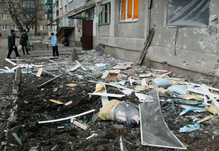 Helyi lakosok megrongált házuk mellett, az oroszbarát lázadók által uralt Yasinovataya teleülésen, Donyeckben, 2017. december 21-én. EPA/ALEXANDER ERMOCHENKO