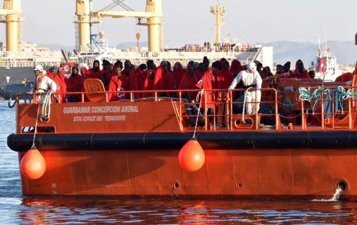 A tengerből kimentett afrikai bevándorlók érkeznek a dél-spanyolországi Almeria kikötőjébe 2017. november 16-án. A spanyol mentőhajó kilencven illegális migránst vett fedélzetére. (MTI/EPA/Carlos Barba)