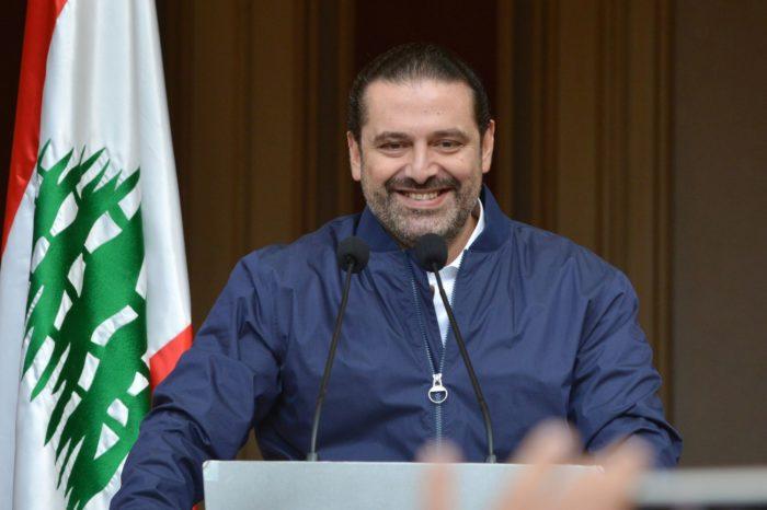 Szaad Haríri lemondott libanoni miniszterelnök beszédet mond támogatóinak a rezidenciája előtt Bejrútban 2017. november 22-én. Haríri bejelentette, hogy Michel Aoun libanoni államfő kérésének eleget téve mégis az egységkormány élén marad. (MTI/EPA/Vael Hamzeh)