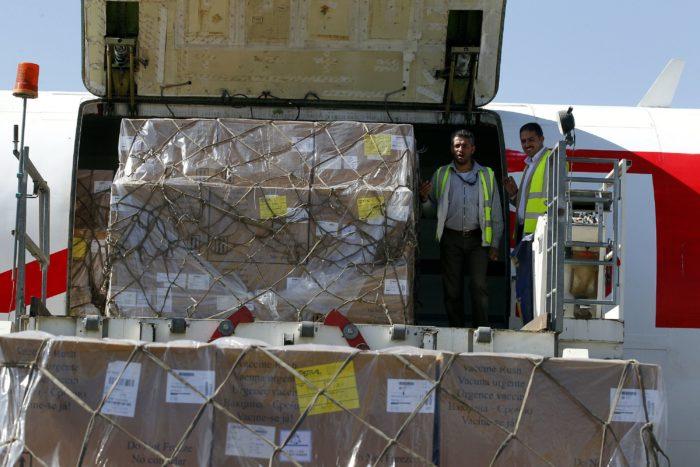 Szanaa, 2017. november 25. Élelmiszert és 1,9 millió adag oltóanyagot rakodnak ki az ENSZ Gyermekalapjának (UNICEF) segélyszállító repülőgépéből a jemeni főváros, Szanaa síita lázadók kezén levő nemzetközi repülőterén 2017. november 25-én, a Szaúd-Arábia vezette arab koalíció közel háromhetes blokádja végén. Az UNICEF gépe mellett az ENSZ két segélyszállító repülőgépét és a Nemzetközi Vöröskereszt gépét engedték leszállni a háború sújtotta országban, ahol a 27 millió lakosból 17 millió szenved élelmiszerhiánytól, közülük hétmillió már gyakorlatilag éhezik, és 945 ezer ember kolerafertőzött. (MTI/EPA/Jahja Arhab)