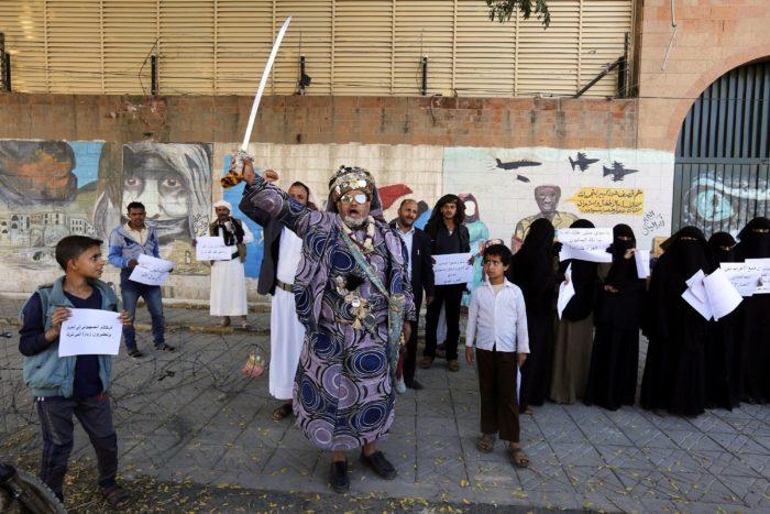 Szanaa, 2017. november 29. Jemeniek tüntetnek a Szaúd-Arábia vezette nemzetközi szövetség legutóbbi légicsapásai ellen a szaúdi nagykövetség épülete előtt a jemeni fővárosban, Szanaában 2017. november 29-én. Szaúd-Arábia térségbeli arab szövetségeseivel 2015. március 26-án indított hadműveletet Jemenben az Abed Rabbó Manszúr Hádi elnök ellen harcoló és Irán támogatását élvező síita húszi lázadók visszaszorítására. (MTI/EPA/Jahja Arhab)