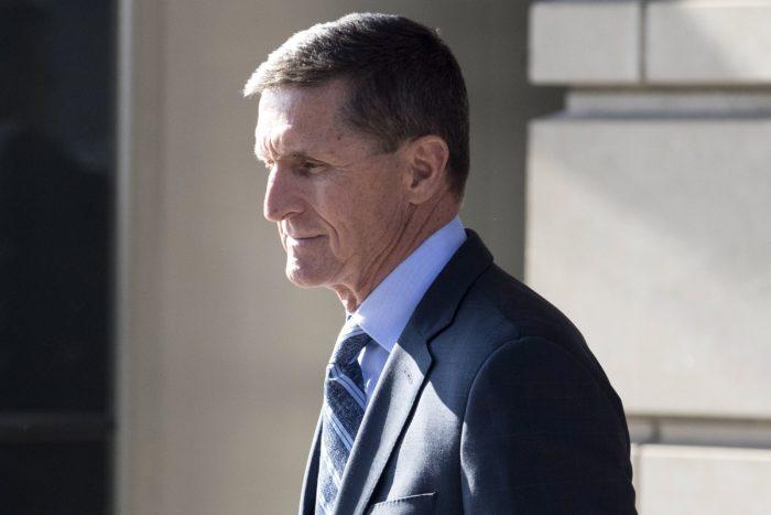Washington, 2017. december 1. Michael Flynn nyugalmazott tábornok Donald Trump amerikai elnök volt nemzetbiztonsági tanácsadója távozik az E. Barrett Prettyman bíróságról 2017. december 1-jén, miután bűnösnek vallotta magát hamis tanúzás vádjában. Flynnt azzal vádolják, hogy hazudott az amerikai Szövetségi Nyomozó Irodának (FBI) Szergej Kiszljakkal, a Washingtonban akkreditált volt orosz nagykövettel fenntartott kapcsolatairól. (MTI/EPA/Michael Reynolds)