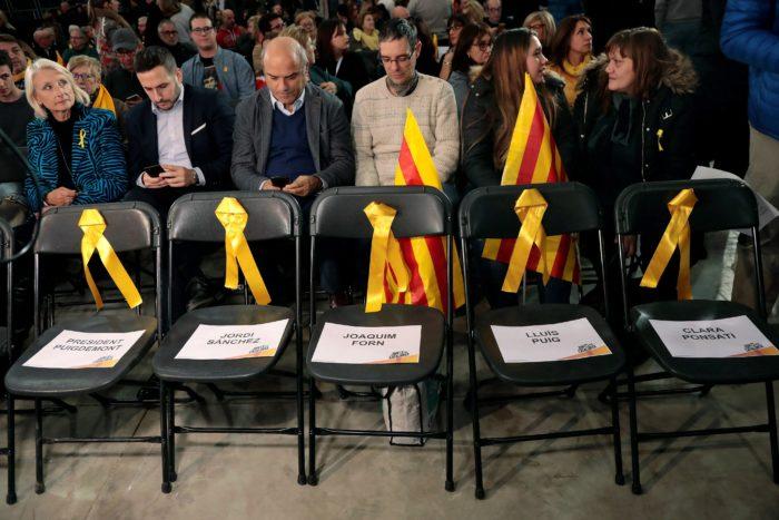 Barcelona, 2017. december 5. A feloszlatott Katalán Nemzetgyûlés, az ANC Brüsszelbe menekült tagjai és az ANC bebörtönzött elnöke, Jordi Sánchez ülõhelye az Együtt Katalóniáért (Junts pel Catalunya) tömörülés rendezvényén Barcelonában 2017. december 4-én. (MTI/AEPA/Susanna Saez)