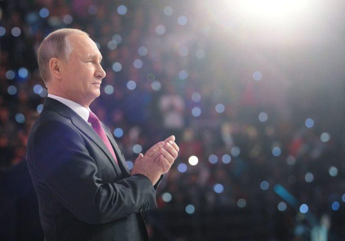 Moszkva, 2017. december 6. Vlagyimir Putyin orosz államfő egy önkéntesek számára rendezett fórumon Moszkvában 2017. december 6-án. A 65 éves politikus ezen a napon bejelentette, hogy indul a jövõ évi elnökválasztáson. (MTI/EPA/Szputnyik/Kreml pool/Alekszej Nyikolszkij)