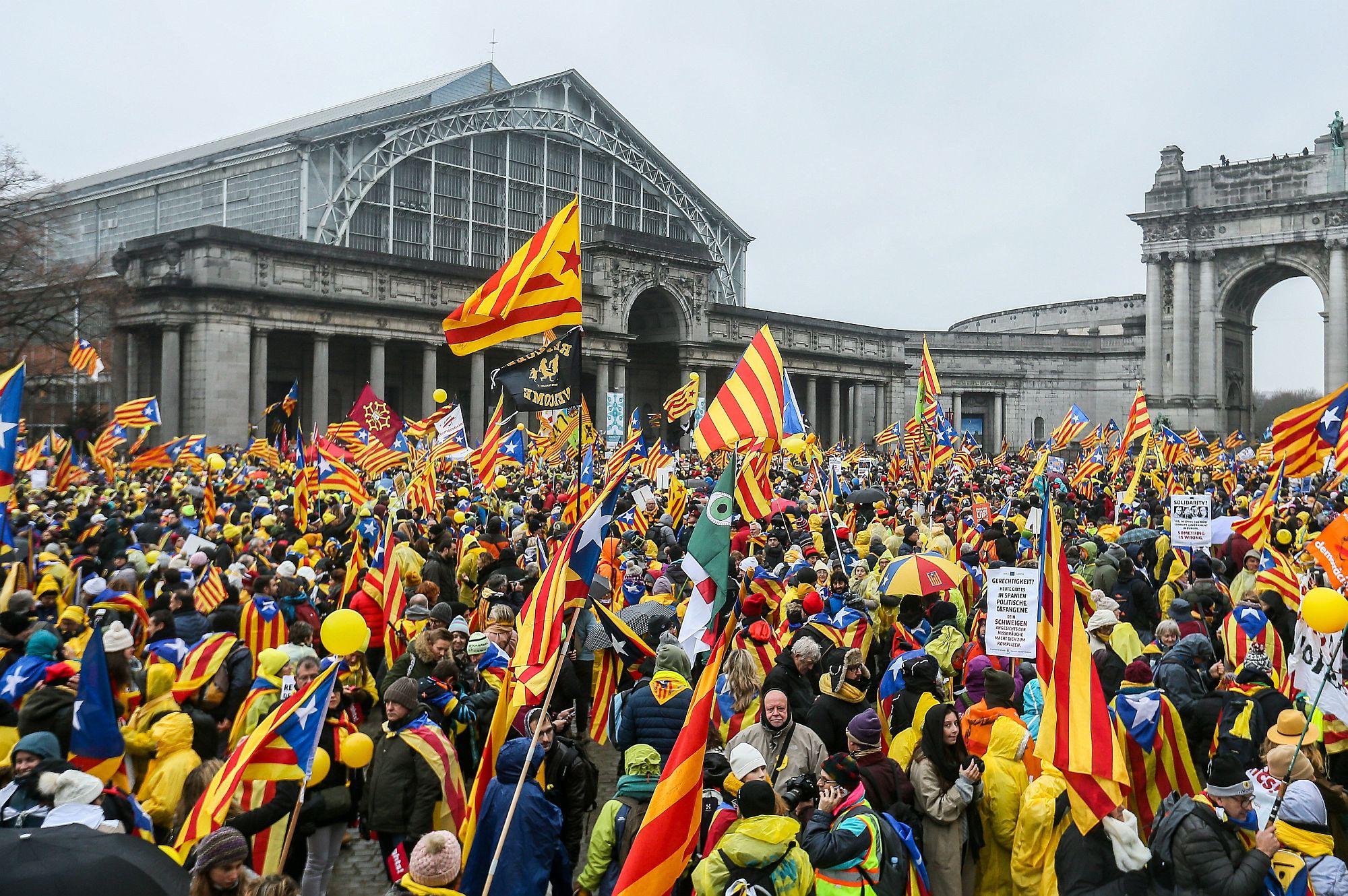Brüsszel, 2017. december 7. Katalánok ezrei tüntetnek Brüsszelben 2017. december 7-én, két nappal azután, hogy visszavonta az európai elfogatóparancsot a Brüsszelbe menekült Carles Puigdemont leváltott katalán elnök és menesztett kormánya négy tagja ellen a spanyol legfelsőbb bíróság. A katalán parlament október 27-én kiáltotta ki a függetlenséget, Mariano Rajoy spanyol kormányfő még aznap menesztette a katalán kormányt, feloszlatta a parlamentet, és december 21-re előrehozott tartományi választásokat írt ki. (MTI/EPA/Stephanie Lecocq)