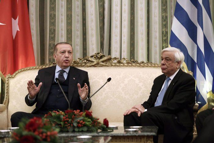 Athén, 2017. december 7. A kétnapos hivatalos látogatáson Görögországban tartózkodó Recep Tayyip Erdogan török elnököt (b) fogadja Prokopisz Pavlopulosz görög államfő Athénban 2017. december 7-én. (MTI/EPA pool/Szimela Pancarci)