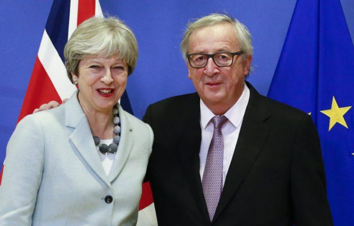 Brüsszel, 2017. december 8. Jean-Claude Juncker, az Európai Bizottság elnöke fogadja Theresa May brit miniszterelnököt a bizottság brüsszeli székházában 2017. december 8-án. A két vezetõ a Nagy-Britannia Európai Unióból történõ kilépésérõl tárgyal. (MTI/EPA/Olivier Hoslet)