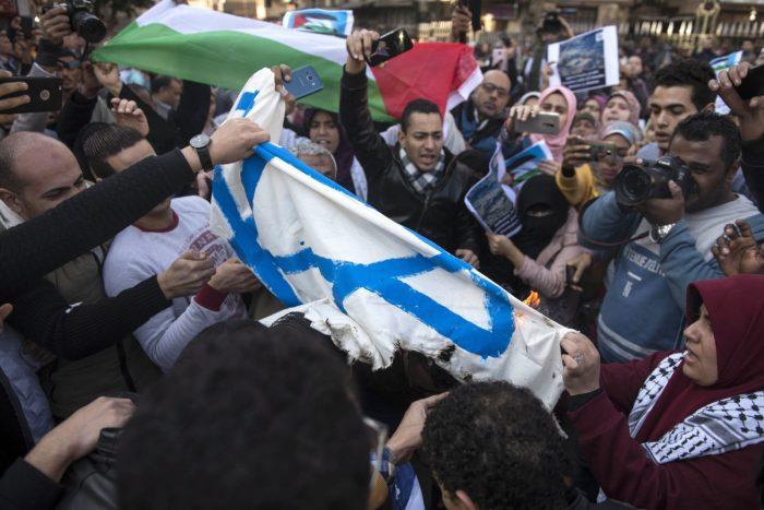 Kairó, 2017. december 8. Izraeli zászlót égetnek egyiptomi muszlimok a kairói Azhar mecsetben 2017. december 8-án. Két nappal korábban Trump bejelentette, hogy az Egyesült Államok Tel-Aviv helyett Jeruzsálemet tekinti Izrael fővárosának. (MTI/EPA/Mohamed Hoszam)