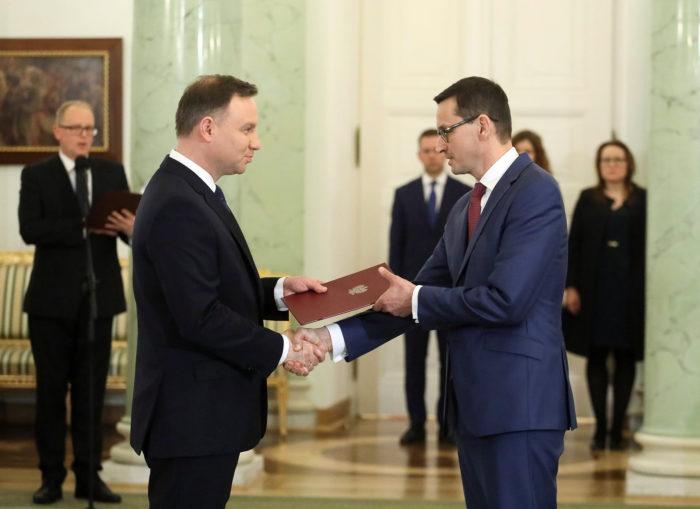 Varsó, 2017. december 8. Andrzej Duda lengyel államfő (b) kormányalakítással bízza meg a kormányzó Jog és Igazságosság (PiS) párt vezetése által jelölt Mateusz Morawiecki eddigi kormányfőhelyettest, fejlesztési és pénzügyminisztert a varsói elnöki palotában 2017. december 8-án. Morawiecki az előző napon lemondott Beata Szydlót követi a miniszterelnöki székben. (MTI/EPA/Pawel Supernak)