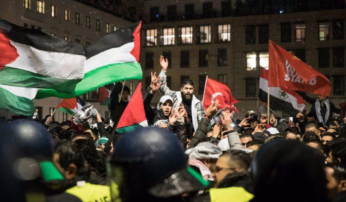 Berlin, 2017. december 8. Palesztin zászlókkal tüntetnek a Donald Trump amerikai elnök Jeruzsálem státuszáról tett bejelentése ellen Berlinben 2017. december 8-án. Trump két nappal korábban bejelentette, hogy az Egyesült Államok Tel-Aviv helyett Jeruzsálemet tekinti Izrael fővárosának. (MTI/EPA/Ha Jang Dzson)