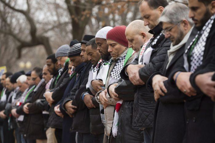 Berlin, 2017. december 8. Muszlim férfiak imádkoznak egy palesztin szimpátiatüntetésen a washingtoni Fehér Háznál 2017. december 8-án, két nappal az után, hogy Donald Trump amerikai elnök bejelentette: az Egyesült Államok Tel-Aviv helyett Jeruzsálemet tekinti Izrael fővárosának. (MTI/EPA/Michael Reynolds)