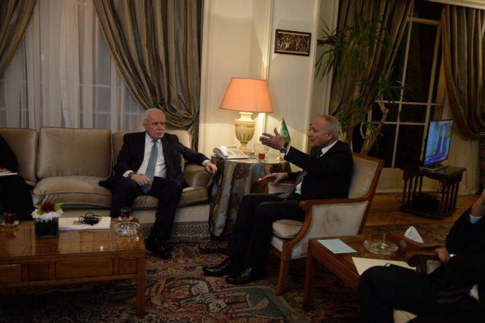 Kairó, 2017. december 9. Ahmed Abdul Geit, az Arab Liga fõtitkára (j) és Rijád al-Malki palesztin külügyminiszter megbeszélést folytat Kairóban 2017. december 9-én. Három nappal korábban Donald Trump amerikai elnök bejelentette, hogy az Egyesült Államok Tel-Aviv helyett Jeruzsálemet tekinti Izrael fővárosának. Trump bejelentésére számos muszlim ország felháborodottan reagált, a Hamász palesztin mozgalom, amely a Gázai övezetet uralja, egyenesen felkelésre (intifádára) szólított fel. (MTI/EPA/Mohamed Hoszam)