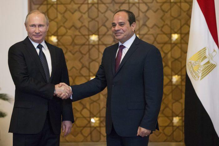Abdel-Fattáh esz-Szíszi egyiptomi államfő (j) fogadja Vlagyimir Putyin orosz elnököt a szíriai rendezésről tartandó megbeszélésük kezdetén Kairóban 2017. december 11-én. (MTI/EPA/AP pool/Alekszandr Zemlianicsenko)