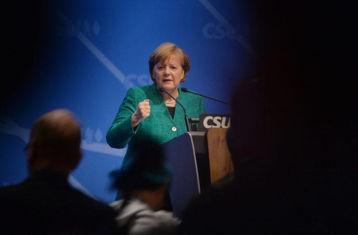Nürnberg, 2017. december 15. Angela Merkel német kancellár, a Kereszténydemokrata Unió (CDU) elnöke beszédet mond a Keresztényszociális Unió (CSU) kétnapos tisztújító kongresszusán Nürnbergben 2017. december 15-én. (MTI/EPA/Phillip Gülland)