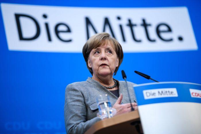 Berlin, 2017. december 18. Angela Merkel német kancellár, a Kereszténydemokrata Unió (CDU) elnöke sajtótájékoztatót tart a párt vezetőségi ülését követően Berlinben 2017. december 18-án. Merkel becslése szerint január közepéig tarthat az új kormány megalakulásához vezető folyamat következő szakasza, a CSU és bajor testvérpártja, a Keresztényszociális Unió (CSU) szövetségének egyeztetése a Német Szociáldemokrata Párttal (SPD) a közös kormányzás lehetőségeiről. (MTI/EPA/Clemens Bilan)