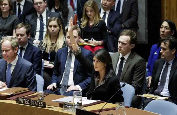 New York, 2017. december 19. Nikki Haley, az Egyesült Államok ENSZ-nagykövete (k) kézfeltartással szavaz az ENSZ Biztonsági Tanácsának (BT) az ún. egyiptomi határozattervezetről tartott ülésén a világszervezet New York-i székházában 2017. december 18-án. A határozattervezet azt követelte Donald Trump amerikai elnöktől, hogy vonja vissza a Jeruzsálem státuszára vonatkozó december 6-i döntését, amellyel elismerte a várost Izrael fővárosának. Washington megvétózta az ENSZ BT elé terjesztett tervezetet. (MTI/EPA/Justin Lane)