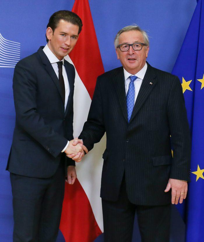 Brüsszel, 2017. december 19. Jean-Claude Juncker, az Európai Bizottság elnöke (j) fogadja a kormányfõi minõségében elsõ brüsszeli látogatását tevõ Sebastian Kurz új osztrák kancellárt a bizottság székházában 2017. december 19-én. A 31 éves Kurzot az elõzõ napon nevezték ki a tisztségre. (MTI/EPA/Stephanie Lecocq)