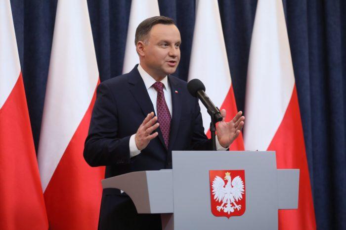 Varsó, 2017. december 20. Andrzej Duda lengyel államfõ sajtóértekezletet tart Varsóban 2017. december 20-án. Duda bejelentette, hogy aláírja azt a két, a lengyelországi igazságügyi reformot elõkészítõ törvényt, amely miatt az Európai Bizottság az uniós alapszerzõdés 7-es cikke szerinti eljárást kezdeményezett Lengyelországgal szemben. (MTI/EPA/Pawel Supernak)