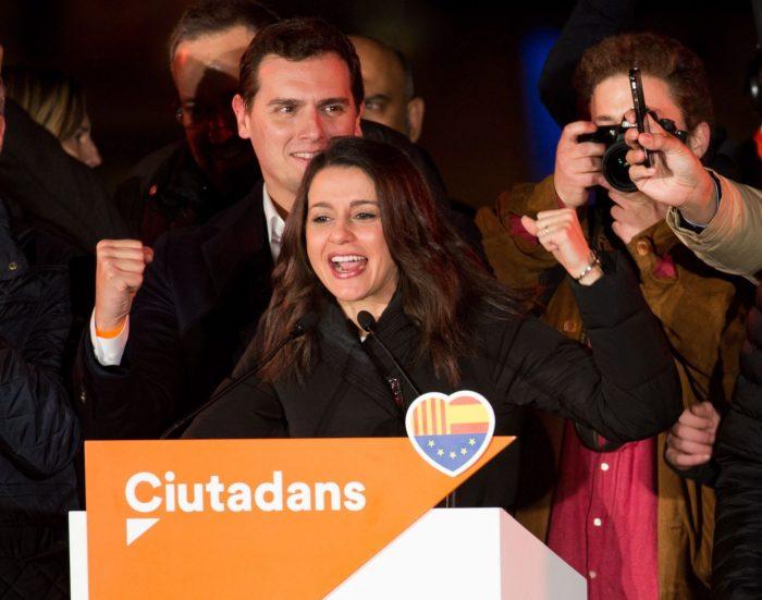 Barcelona, 2017. december 22. Ines Arrimadas, a Ciudadanos (Állampolgárok) spanyol liberális középpárt jelöltje beszédet mond Albert Rivera pártelnök társaságában (mögötte) az elõrehozott katalán regionális parlamenti választások napján, 2017. december 21-én urnazárás után Barcelonában. A Ciudadanos megnyerte a választást, azonban a függetlenségi pártok szerezték meg a parlamenti többséget. (MTI/EPA/Javier Etxezarreta)