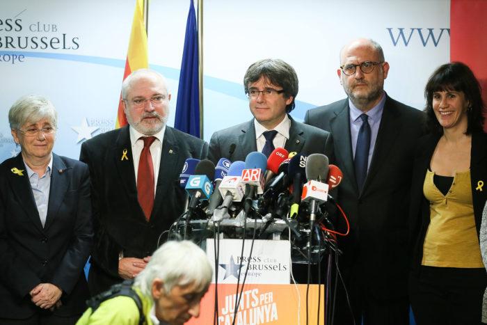 Brüsszel, 2017. december 22. Carles Puigdemont leváltott katalán elnök (k) sajtótájékoztatót tart Brüsszelben 2017. december 22-én, az előrehozott katalán regionális parlamenti választások másnapján. Puigdemont kijelentette, hogy kész találkozni Mariano Rajoy spanyol kormányfővel Spanyolországon kívül az Európai Unió bármelyik tagállamában. (MTI/EPA/Stephanie Lecocq)