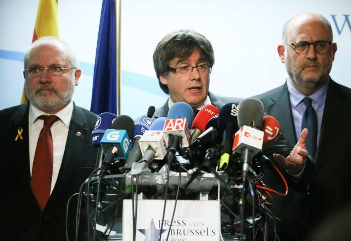 Brüsszel, 2017. december 22. Carles Puigdemont leváltott katalán elnök sajtótájékoztatót tart Brüsszelben 2017. december 22-én, az előrehozott katalán regionális parlamenti választások másnapján. Puigdemont kijelentette, hogy kész találkozni Mariano Rajoy spanyol kormányfővel Spanyolországon kívül az Európai Unió bármelyik tagállamában. (MTI/EPA/Stephanie Lecocq)