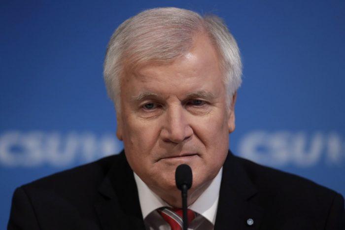 Horst Seehofer bajor miniszterelnök, a Keresztényszociális Unió (CSU) elnöke sajtótájékoztatót tart,a párt tartományi parlamenti frakció ülése után CSU müncheni központjában 2017. december 4-én. A tanácskozás során a CSU-frakció egyhangú szavazással döntött a pártelnöki és a bajor tartományi kormányfõi tisztség szétválasztásáról. (MTI/AP/Matthias Schrader)