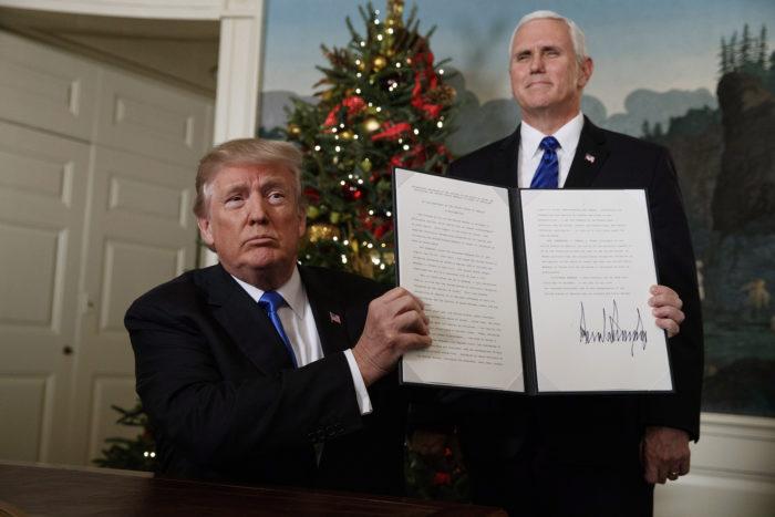 Washington, 2017. december 6. Donald Trump amerikai elnök mutatja az általa aláírt, Jeruzsálemet Izrael fővárosaként elismerő dekrétumot Mike Pence alelnök jelenlétében a washingtoni Fehér Házban 2017. december 6-án. Trump bejelentette továbbá, hogy Tel-Avivból Jeruzsálembe helyezteti át az amerikai nagykövetséget. (MTI/AP/Evan Vucci)