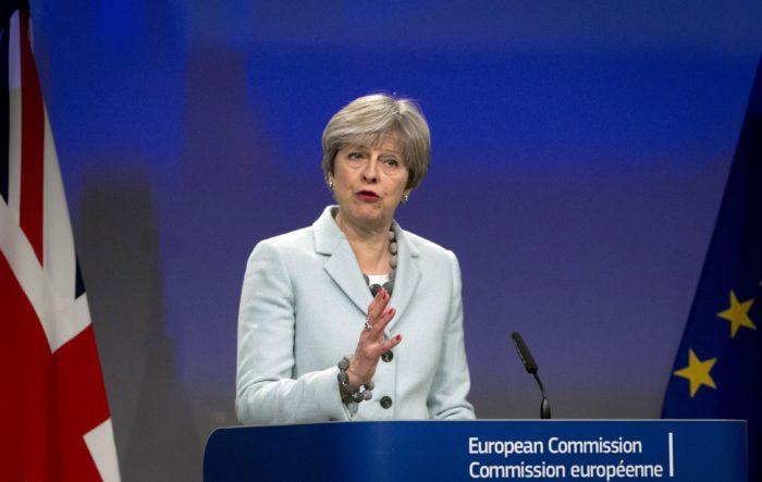 Brüsszel, 2017. december 8. Theresa May brit miniszterelnök a Jean-Claude Junckerrel, az Európai Bizottság elnökével közösen tartott sajtótájékoztatón a bizottság brüsszeli székházában 2017. december 8-án. A két vezetõ a Nagy-Britannia Európai Unióból történõ kilépésérõl tárgyalt. (MTI/AP/Virginia Mayo)