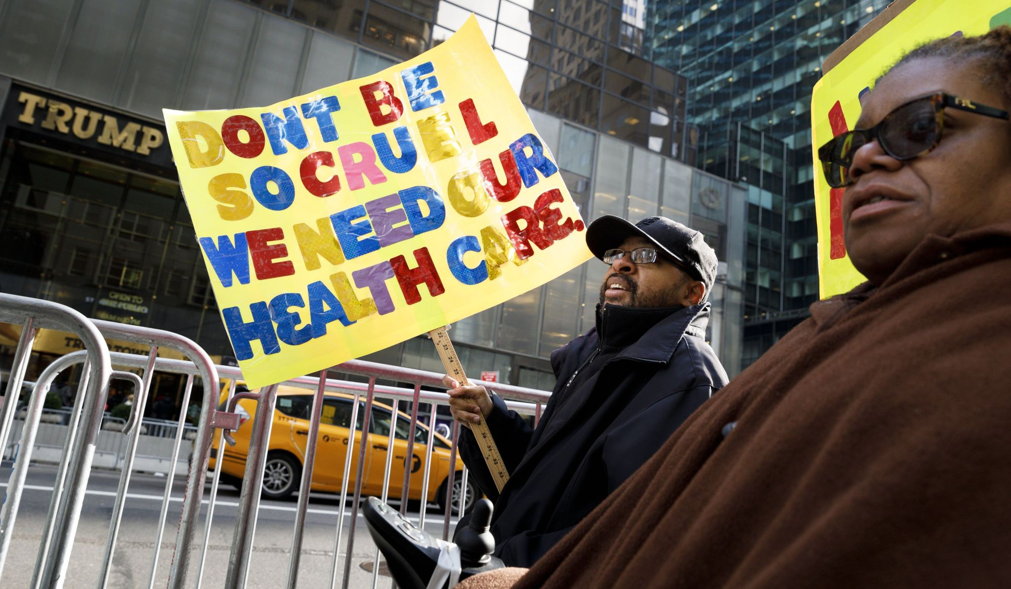 Tüntetés az egészségügyi rendszer módosítása ellen a Trump Tower előtt New York-ban, 2017. november 15-én. A Kongresszus elé tárt javaslat szerint 880 milliárd dollárral, azaz mintegy 25%-kal csökkkentenék a Medicaid program finanszírozását.  EPA/JUSTIN LANE
