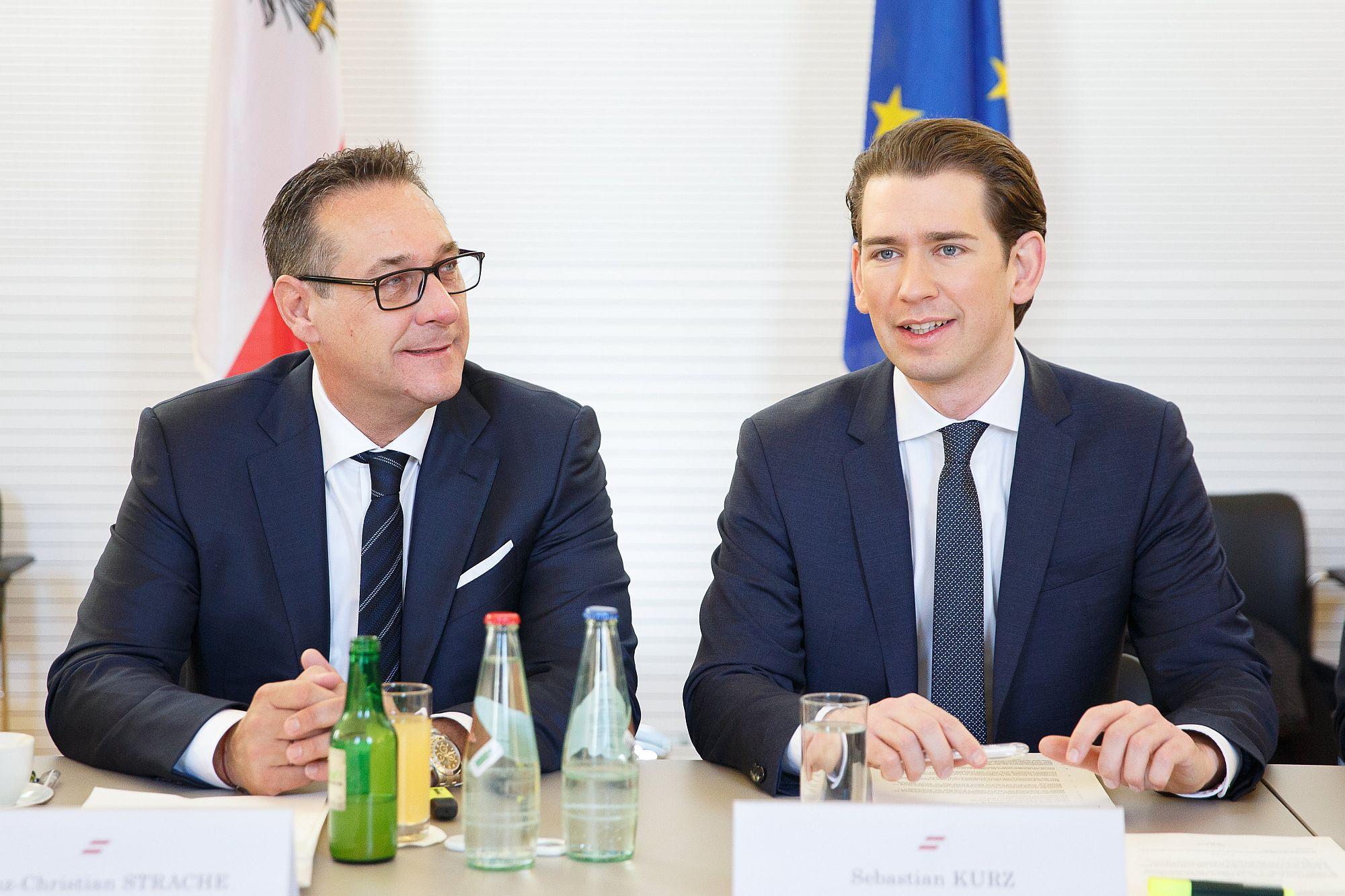 Heinz-Christian Strache és Sebastian Kurz a Leibnitzben megtartott kormányülés előtt 2018. január 5-én. EPA/FLORIAN WIESER