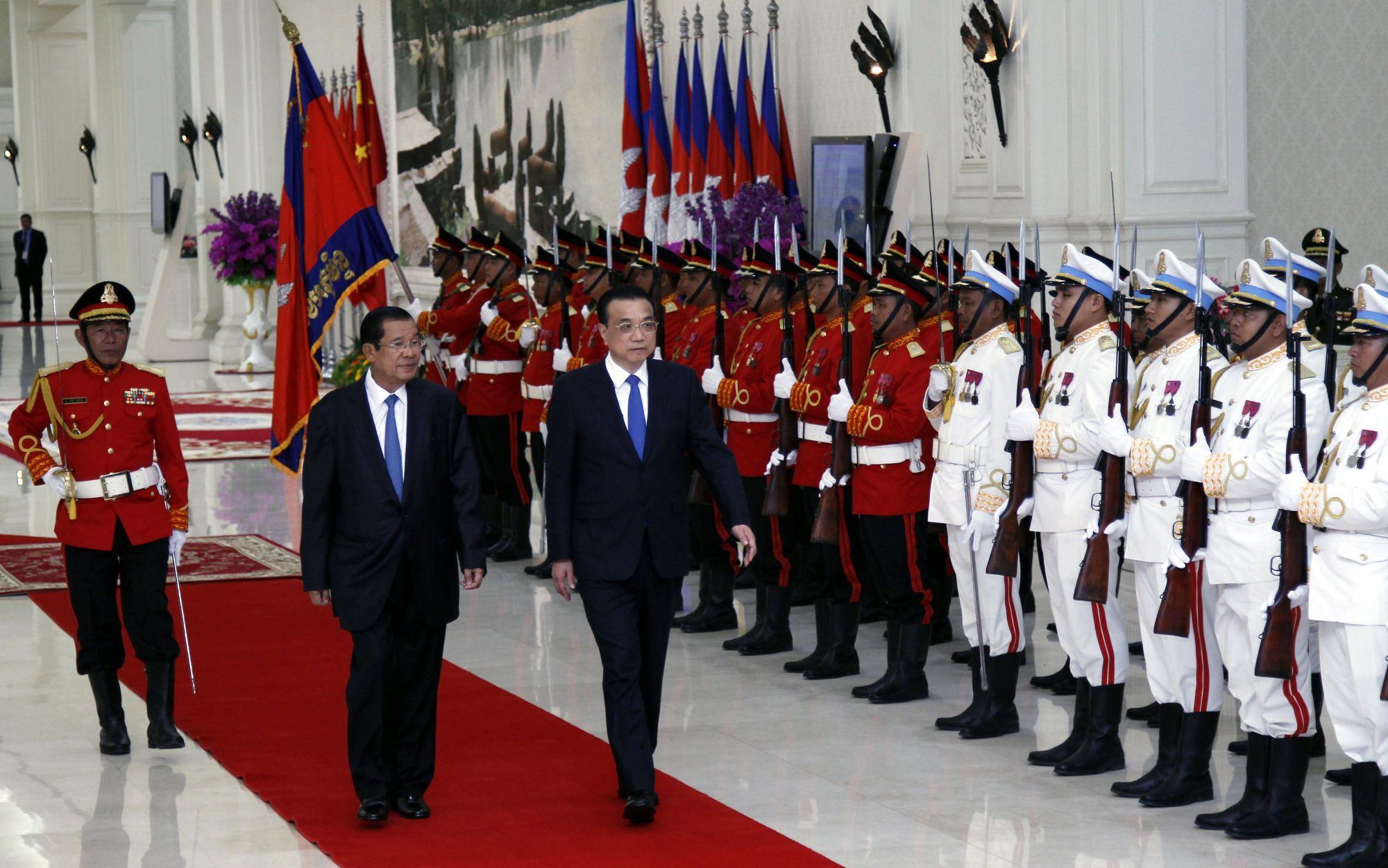 A kínai miniszterlnök Li Keqiang a kambodzsai miniszterelnök, Hun Sen társaságában a Béke-palotában Phnom Penh-ben, Kambodzsában, 2018 január 11-én. Li Keqiang hivatalos látogatáson tartózkodik Kambodzsában, ahol a két ország együttműködéséról szóló dokumentumokat írnak alá. EPA/MAK REMISSA