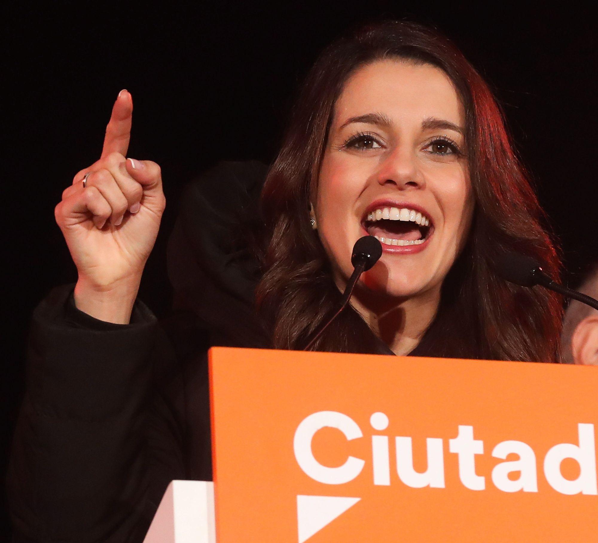Ines Arrimadas, a Ciudadanos (Állampolgárok) spanyol liberális középpárt jelöltje beszédet mond az előrehozott katalán regionális parlamenti választások napján, 2017. december 21-én, urnazárás után Barcelonában. A Ciudadanos megnyerte a választást, azonban a függetlenségi pártok szerezték meg a parlamenti többséget. (MTI/EPA/Javier Etxezarreta)