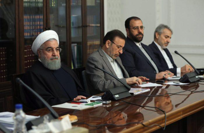 Teherán, 2018. január 2. Az iráni elnöki iroda hivatalos honlapja által közreadott képen Haszan Róháni iráni elnök (b) parlamenti bizottságok vezetõivel tanácskozik Teheránban 2018. január 2-án. A közel-keleti országban 2017. december 28-a óta utcai megmozdulások zajlanak a magas árak, az iszlám köztársaság kormánya és az országot az 1979. évi iszlám forradalom óta irányító vallási elit ellen. (MTI/EPA/Az iráni elnöki iroda hivatalos honlapja)