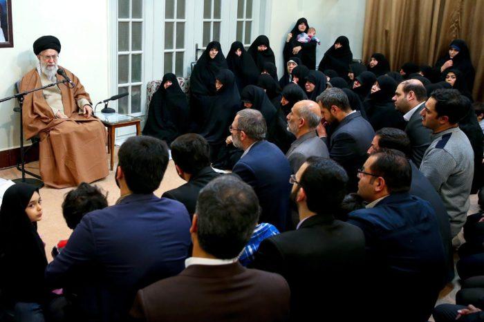Teherán, 2018. január 2. Szajed Ali Hamenei ajatollah, Irán legfőbb vallási és politikai vezetője (k) iráni mártírok családtagjaival találkozik Teheránban 2018. január 2-án. A közel-keleti országban 2017. december 28-a óta utcai megmozdulások zajlanak a magas árak, az iszlám köztársaság kormánya és az országot az 1979. évi iszlám forradalom óta irányító vallási elit ellen. (MTI/EPA/Hamenei hivatalos honlapja)
