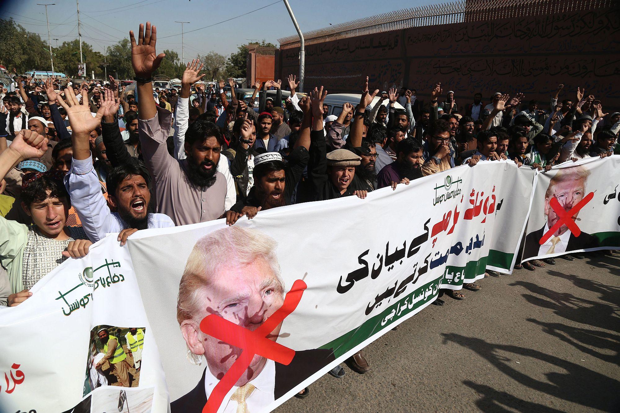 Pakisztáni vallásos csoportok tagjai tüntetnek Donald Trump amerikai elnök Twitter-üzenete miatt Karacsiban 2018. január 2-án. Trump üzenetében azzal vádolta meg a pakisztáni vezetést, hogy az amerikai kormányt megtévesztve segíti azokat a terroristákat, akik ellen az Egyesült Államok Afganisztánban harcol. (MTI/EPA/Rehan Hán)