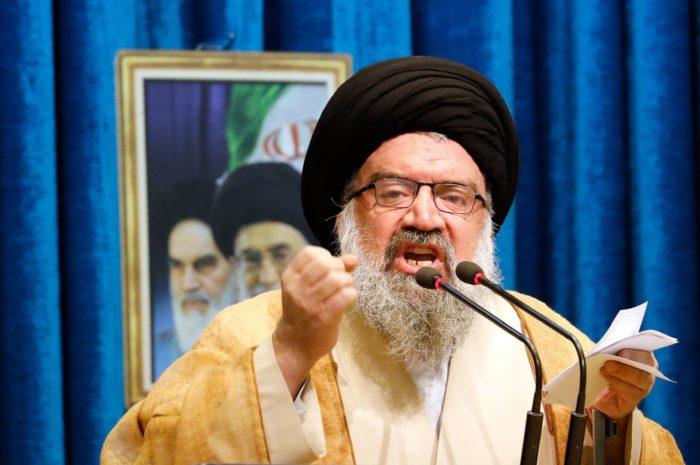 Teherán, 2018. január 5. Ahmad Hatami ajatollah, iráni vallási vezető pénteki prédikációját mondja a teheráni Homeini Moszalla mecsetben 2018. január 5-én. Hatami az iszlám vallás és Irán ellenségeinek nevezte a kormányellenes tüntetőket, akik szerinte nem számíthatnak irgalomra. A közel-keleti országban 2017. december 28-a óta utcai megmozdulások zajlanak a magas árak, az iszlám köztársaság kormánya és az országot az 1979. évi iszlám forradalom óta irányító vallási elit ellen. (MTI/EPA/Abedin Taherkenareh)