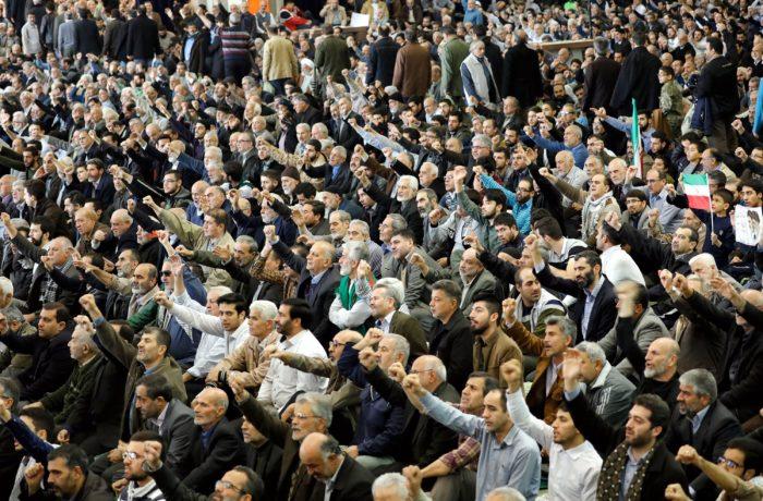 Teherán, 2018. január 5. Iráni férfiak kormányellenes tüntetőket, az Egyesült Államokat és Izraelt elítélő jelszavakat skandálnak a pénteki ima után a teheráni Homeini Moszalla mecsetben 2018. január 5-én. A közel-keleti országban 2017. december 28-a óta utcai megmozdulások zajlanak a magas árak, az iszlám köztársaság kormánya és az országot az 1979. évi iszlám forradalom óta irányító vallási elit ellen. (MTI/EPA/Abedin Taherkenareh)